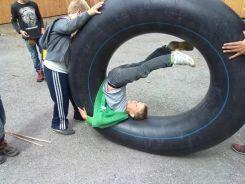 Kinder bei einer lustigen Übung des Outdoortrainings