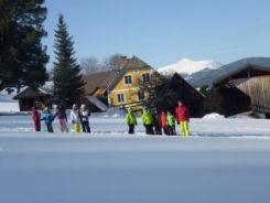 Kinder bei Outdoortraining im Schnee