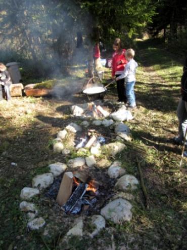 Kinder kochen in der Natur
